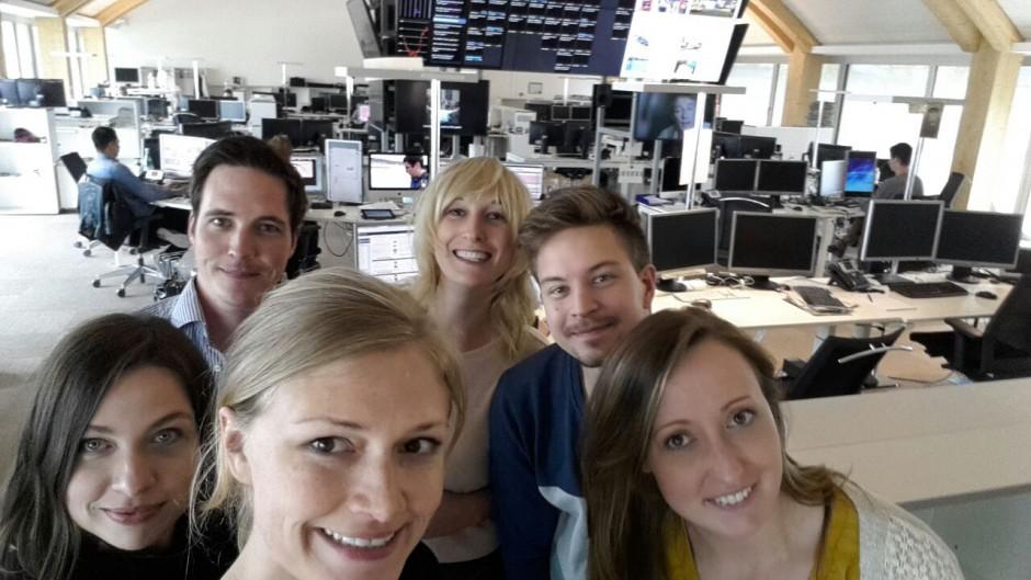 Das 20-Minuten-Deutschland-Team im Schweizer Newsroom von links vorn nach rechts: Isabell Prophet, Christa Roth, Lorenz Hanselmann, ich =), Mark Heywinkel, Josefine Alarich